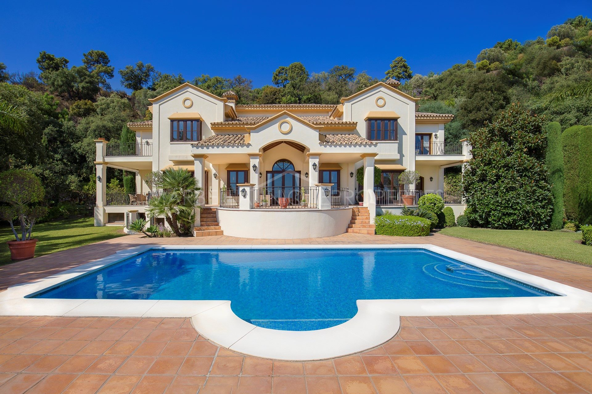 The Best Properties in La Zagaleta - Marbella Unique Properties - A charming Andalusian style La Zagaleta property with 4 bedroom, 2.950.000€