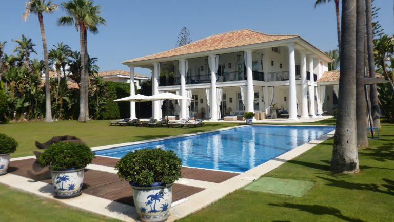 Impresionante villa en primera línea de playa en Casasola, Estepona