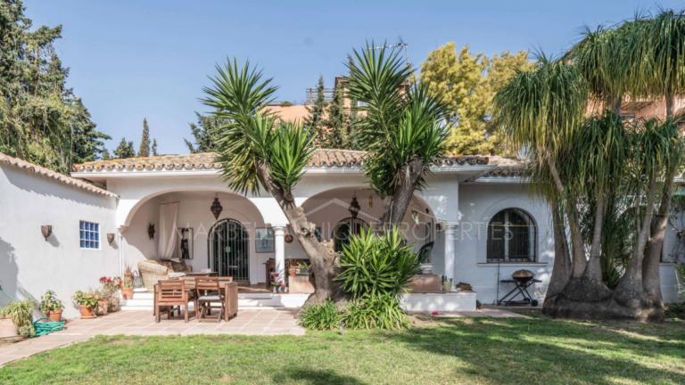 A charming beachside villa in El Paraiso Barronal, New Golden Mile
