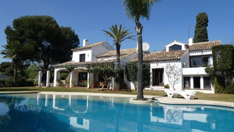 Second line beach villa in El Paraiso Barronal, New Golden Mile
